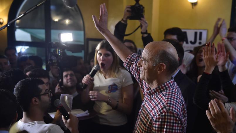 Le candidat à la primaire a droite a rencontré de jeunes électeurs dans un pub du 18e arrondissement parisien.