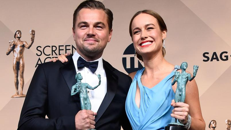 Leonardo DiCaprio pose au côté d'une autre lauréate, Brie Larson.