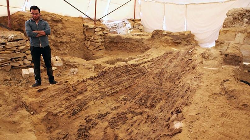 À Abousir, près du Caire, des restes d'un bateau ont été découverts par des archéologues tchèques.