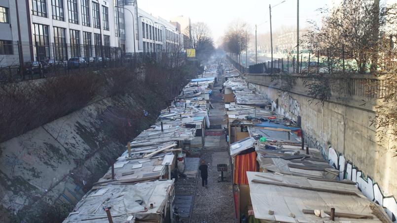 Le bidonville Rom situé entre la porte de Clignancourt et la porte des Poissonniers à Paris, en janvier 2016.