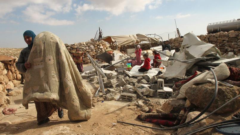 Un Palestinien récupère des objets lui appartenant après la démolition de sa maison par Israël, à Jinba, en Cisjordanie.