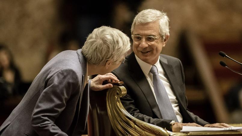 Corinne Luquiens, de dos, parle au président de l'Assemblée nationale, Claude Bartolone