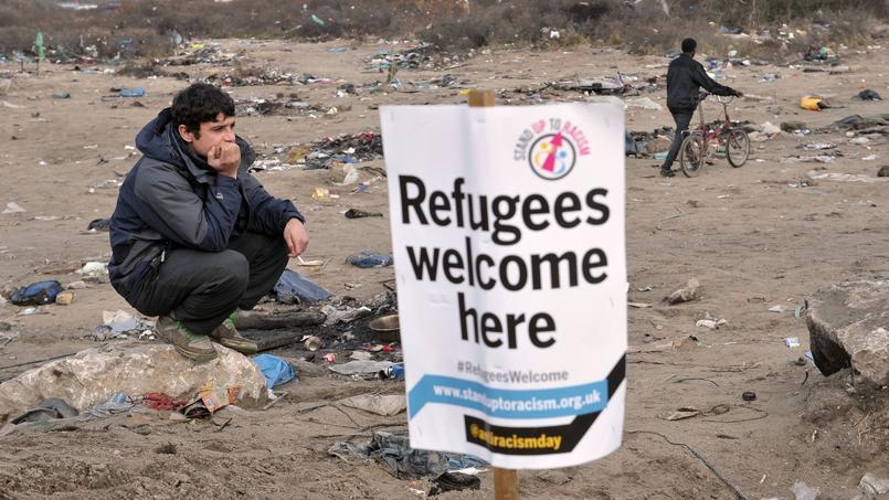 Un migrant à Calais près d'une pancarte «Bienvenue aux réfugiés». Crédits photo: François_Lo_Presti/AFP