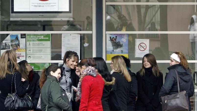 Des lycéens toulousains devant un panneau interdisant de fumer. Crédits photo: PASCAL PAVANI/AFP
