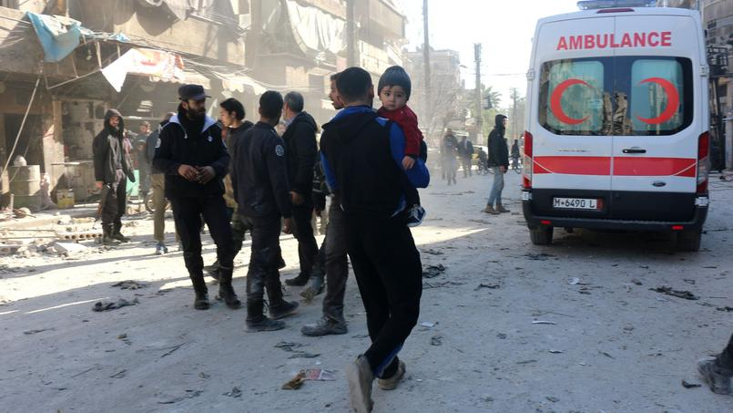 Des syriens après une attaque aérienne