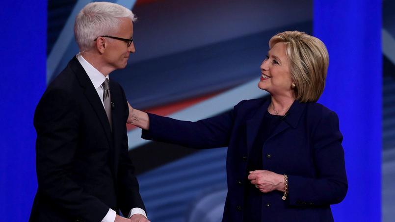 Hillary Clinton aux côtés du journaliste de CNN Anderson Cooper, lors d'une rencontre avec des électeurs, mercredi soir.