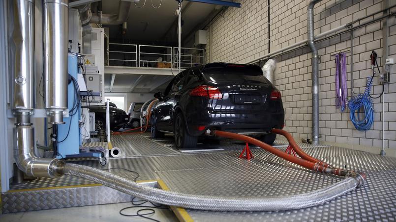 Une Porsche Cayenne (groupe Volkswagen AG) passe un test d'émissions polluantes au centre de l'université des sciences de Nidau, en Suisse, en novembre 2015.