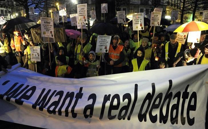 Des manifestants hostiles à la loi ouvrant l'euthanasie aux mineurs, à Bruxelles, en février 2014.