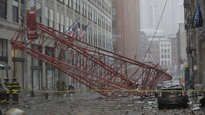 Une grue de chantier s'est effondrée en plein centre de New-York, causant le décès d'une personne et en blessant quinze autres.