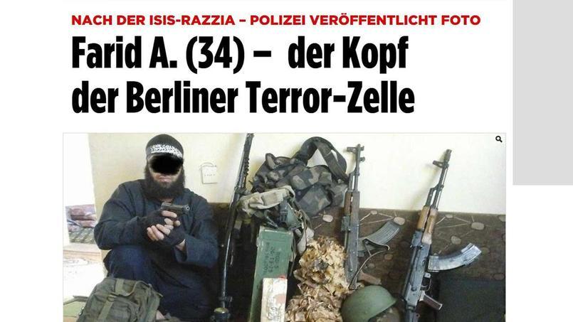 Bild a publié une photo fournie par la police allemande. Farid A. y pose devant un véritable arsenal.