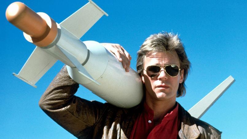 MacGyver (Richard Dean Anderson), tranquille, avec son couteau-suisse dans la poche et prêt à repartir pour une nouvelle mission sur grand écran.