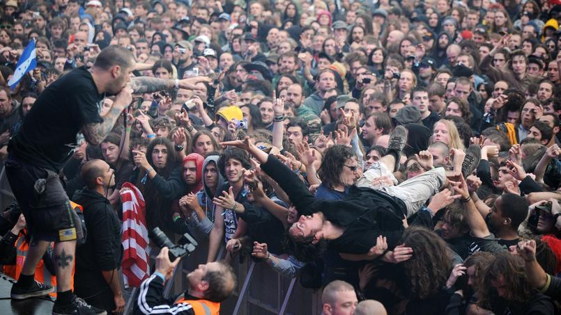 Phil Anselmo, chanteur du groupe Down, devant le public du Hellfest en 2011. Si le groupe est maintenu dans la programmation du festival de metal en juin, le chanteur ne sera vraisemblablement pas présent.