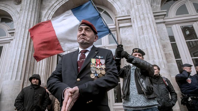 Un manifestant en tenue de parachutiste venant manifester sa solidarité avec le général Christian Piquemal devant le tribunal de Boulogne-sur-Mer (Nord), le lundi 8 février 2016.