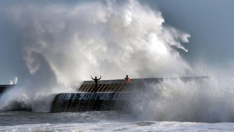 Les vents violents vont entraîner une surélévation du niveau de la mer alors même que les niveaux marins sont déjà élevés. D'où le risque de submersion.