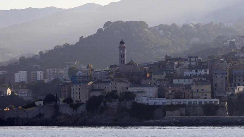 Tempête: un homme tué par la chute d'un panneau publicitaire à Bastia