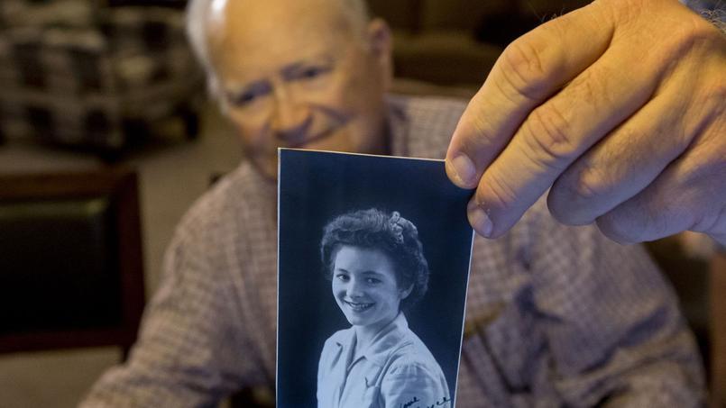 Norwood Thomas montre la photo de Joyce Morris, 70 ans plus tôt.