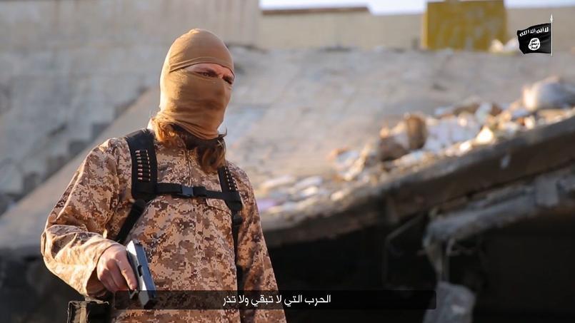 Extrait de vidéo publié le 30 janvier 2016 par l'Etat islamique dans lequel un djihadiste francophone exécute des otages en Irak.