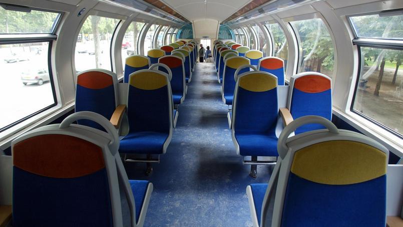 L'intérieur d'un train de banlieue.