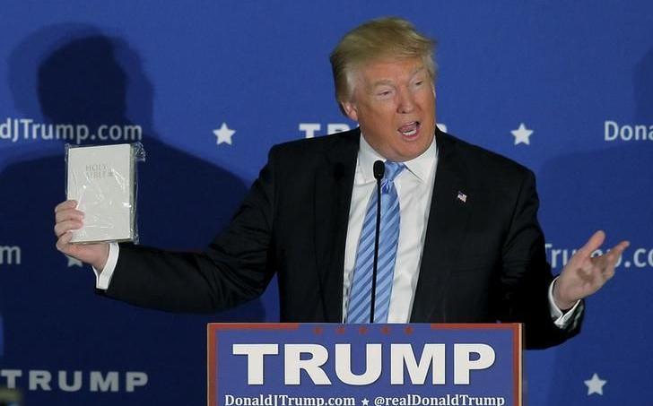 Donald Trump montre une Bible offerte par un électeur, lors d'un meeting à Windham, dans New Hampshire, en janvier 2016.