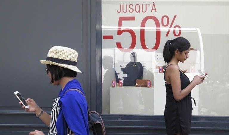Les consommatrices n'ont jamais autant acheté en soldes et promotion. Crédit: Le Figaro.