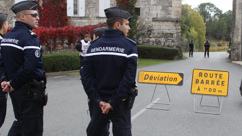 Les gendarmes bloquent l'accès au lieu de l'accident à Puisseguin, près de Bordeaux, en octobre dernier.