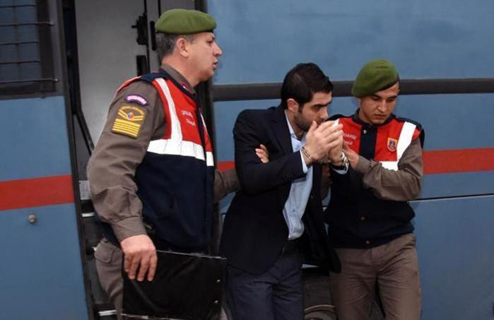 Des gardiens de prison escortent Asem Alfrhad avant son procès à Bodrum, en Turquie, le 11 février 2016.