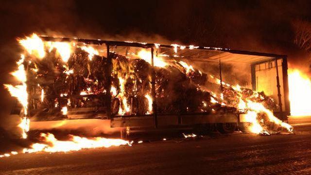 A Landerneau, les agriculteurs ont le feu à une remorque sur la plate-forme logistique de Scramor.