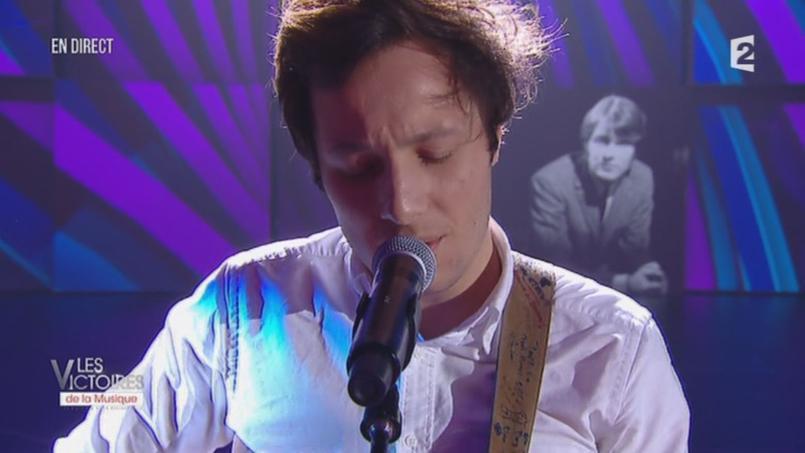 C'est le chanteur Vianney, muni de sa guitare, qui interprète le tube «Quand j'étais chanteur».