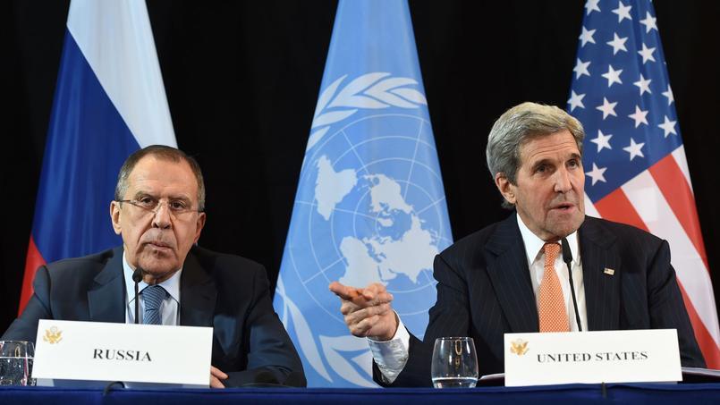 Sergueï Lavrov et John Kerry lors de la conférence de presse, dans la nuit de jeudi à vendredi, à Munich.