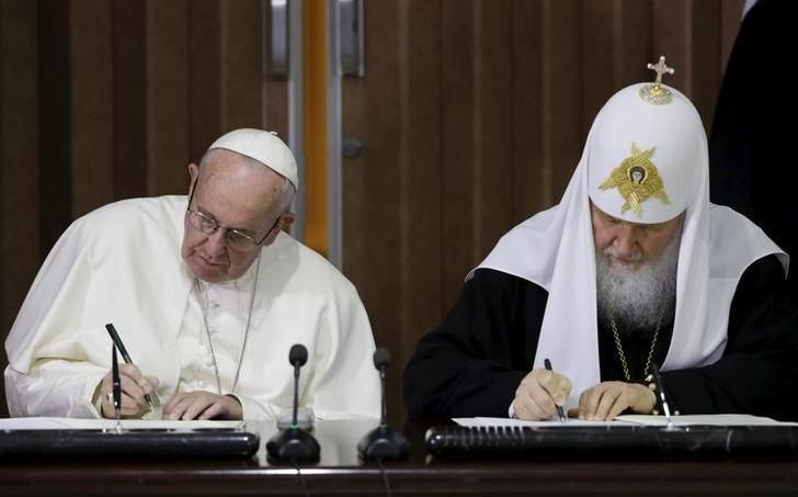 Le pape François (à droite) et le Patriarche Kirill (à gauche).
