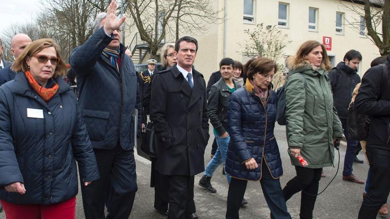 Le premier ministre, Manuel Valls, s'est rendu samedi après-midi dans une caserne munichoise reconvertie en centre d'accueil pour migrants.