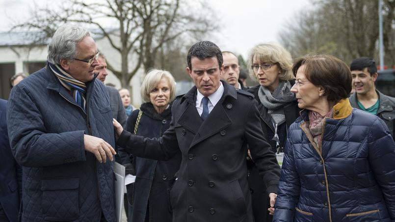 """Manuel Valls, samedi en visite dans un centre de réfugiés à Munich, a taclé la chancelière, rappelant que «la position de la France n'a jamais été de dire """"venez tous""""!»."""