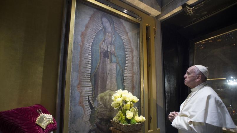 Le pape François prie devant la Vierge de Guadalupe à Mexico, le 13 février.