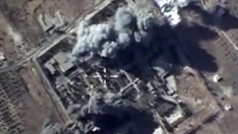 Capture d'une vidéo russe montrant un bombardement sur un dépôt de munitions de l'État islamique, le 13 octobre 2015 dans la province d'Idlib en Syrie.