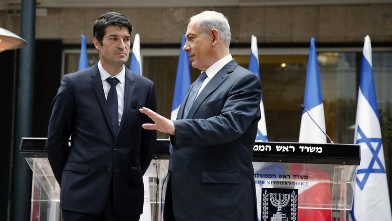 Patrick Maisonnave, l'ambassadeur de France en Israël avec le premier ministre Benjamin Netanyahou en janvier 2015.