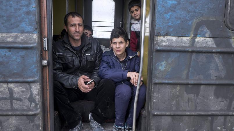 Des migrants installés dans un train grec, en direction de la Serbie, le 14 février.