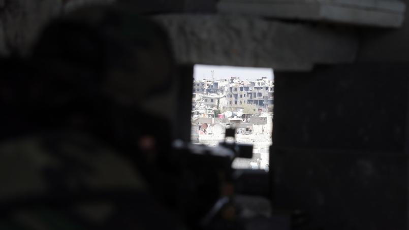 Le sniper agirait pour son propre compte et aurait tué au moins trois chefs de l'EI