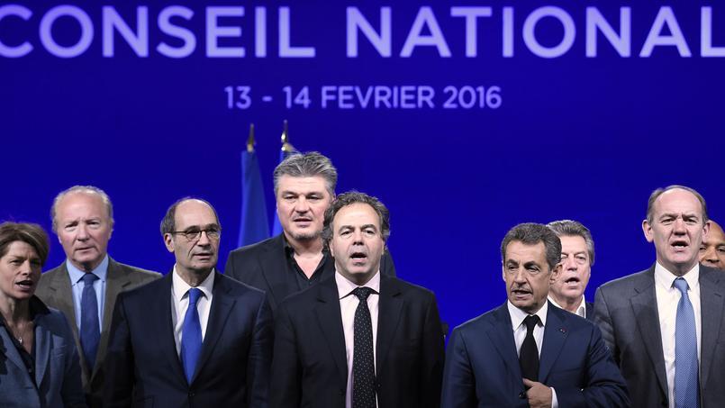 Nicolas Sarkozydimanche à Versailles, entourré de plusieurs de ses soutiens