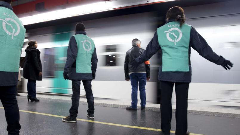 Des fonctionnaires de la RATP sur le RER parisien. Crédits photo: KENZO TRIBOUILLARD/AFP