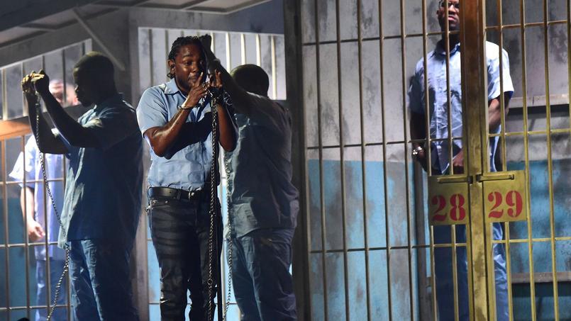 Kendrick Lamar a réveillé et enflammé la scène du Staples Center avec une interprétation époustouflante dénonçant le traitement des Afro-Américains par la police et le système carcéral.