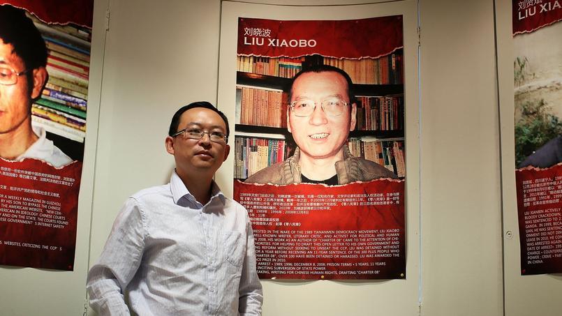 L'écrivain dissident Yu Jie pose devant le poster du Prix Nobel de la Paix 2010, Liu Xiaobo, le 5 juin 2012 à Washington.