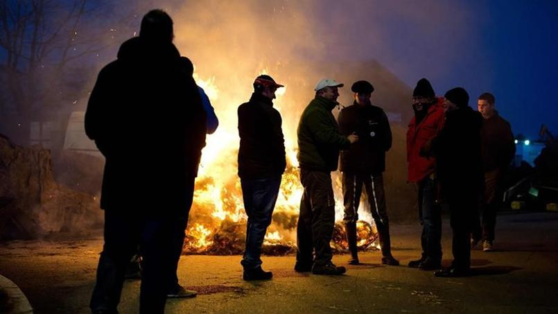 Les agriculteurs en colère ont bloqué les accès à la ville de Vannes, lundi.