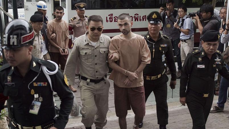 Les deux accusés Bilal Mohammed (centre) et Yusufu Mieraili (second plan) arrivant pieds nus au tribunal.