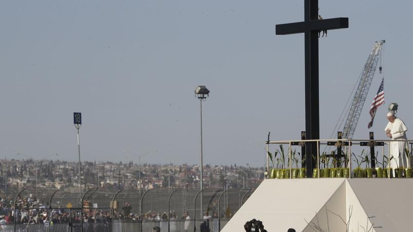 Le pape François a salué, depuis la Croix du migrant, les Mexicains qui s'étaient pressés - coté États-Unis de la frontière - pour lui rendre hommage.