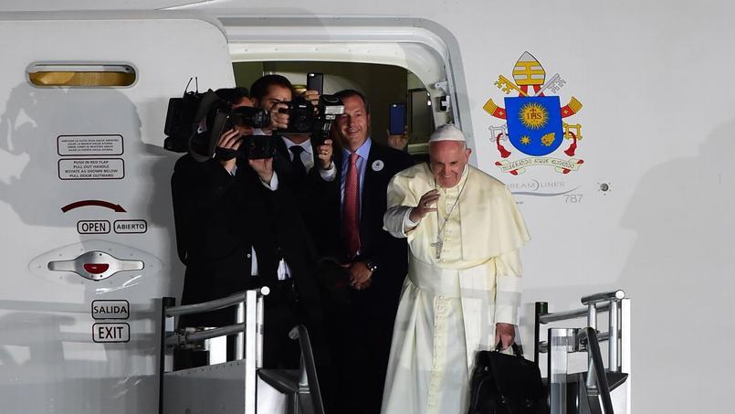 Le pape François salue la foule qui s'est rassemblée à l'aéroport de Ciudad Juarez, avant son départ pour Rome, mercredi.