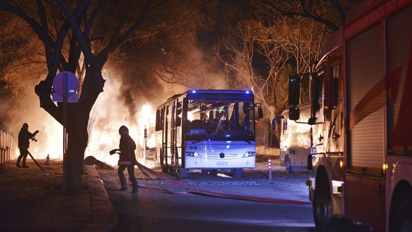 Les pompiers tentent d'éteindre les flammes, sur le lieu de l'attentat à la voiture piégée, mercredi à Ankara.