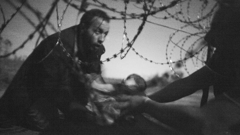 Intitulée «Espoir d'une nouvelle vie», cette image en noir et blanc a été prise par l'Australien Warren Richardson et a obtenu le premier prix du plus prestigieux concours de photojournalisme.