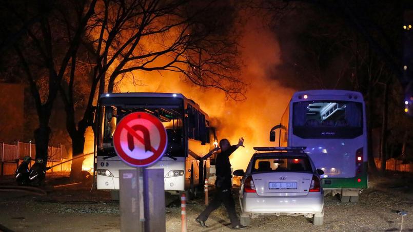 L'attentat visait, selon l'état-major de l'armée, des cars de transport militaire à l'arrêt à un feu rouge.
