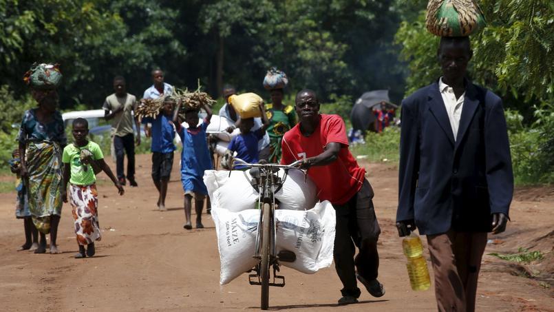 Un Malawien transportant de la nourriture distribuée par le programme alimentaire mondial des Nations Unies.