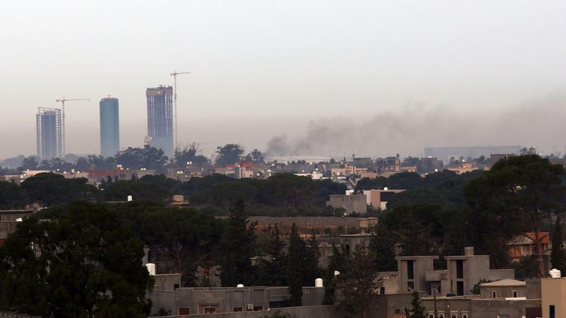Frappe aérienne dans la banlieue de Tripoli, le 25 novembre 2014.